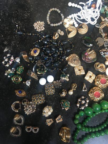 Grand ensemble de bijoux fantaisies et anciens...