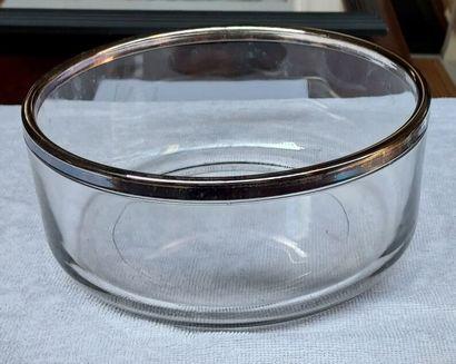 Un saladier en verre, cerclé en métal argenté...