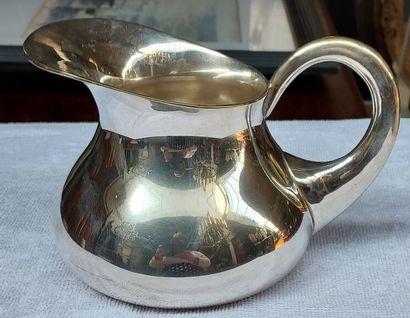 Un pichet en métal argentéH : 12cm