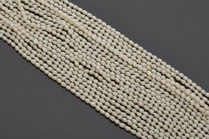 Grand collier composé de dix rangs de perles...