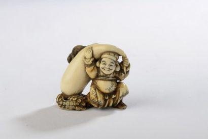 Netsuke en ivoire, Daikoku debout, soutenant...