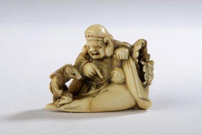 Petit okimono en ivoire à patine jaune, dans...