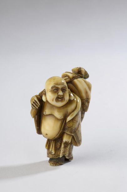 Netsuke en ivoire à patine jaune, Hotei debout...