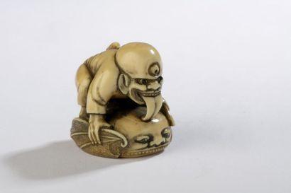 Netsuke en ivoire à patine jaune, Mitsume-Koso...