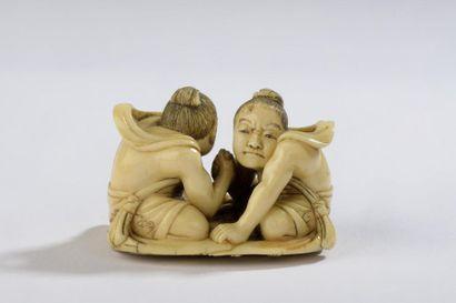 Netsuke en ivoire, deux Nyo assis sur une...