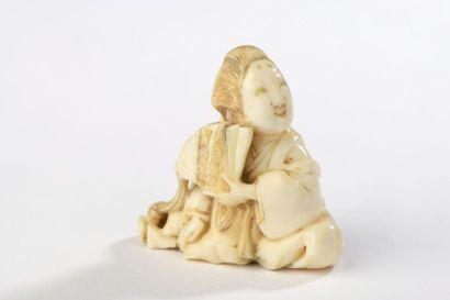 Netsuke en ivoire, bijin assise avec la tête...