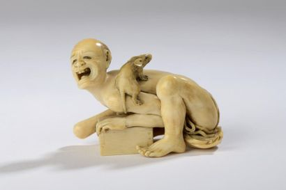 Netsuke en ivoire à patine jaune, l'attrapeur...
