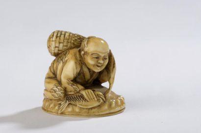 Netsuke en ivoire, pêcheur accroupi sur un...