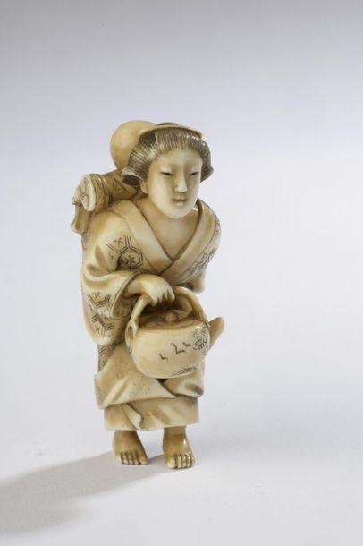 Netsuke en ivoire, femme portant un jeune...