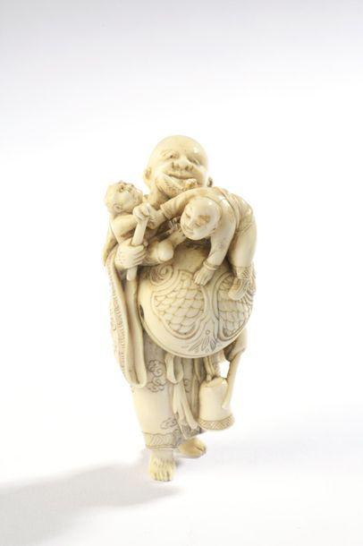 Petit okimono en ivoire, dans le style des...
