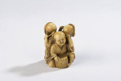 Netsuke en ivoire, trois enfants au jeu,...