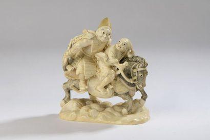 Groupe en ivoire, un samouraï et un homme...