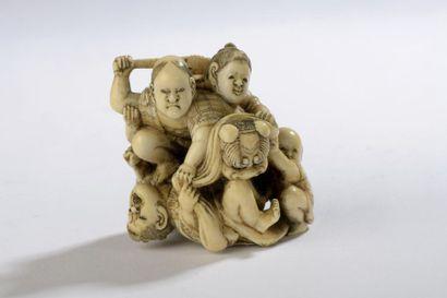 Okimono dans le style des netsuke, en ivoire...