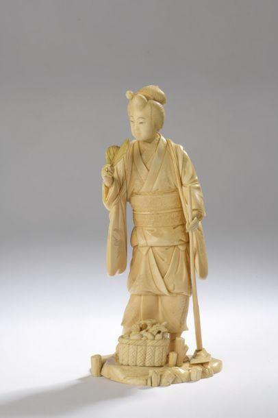 Okimono en ivoire à belle patine jaune, jeune...