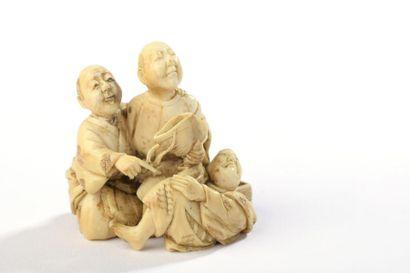 Netsuke en ivoire, deux hommes agenouillés...