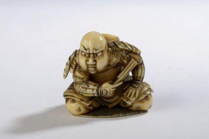 Netsuke en ivoire à patine jaune, samouraï...