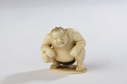 Netsuke en ivoire, lutteur de sumô assis,...