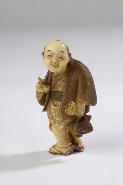 Netsuke en ivoire, fumeur debout, sa kiserutzu...