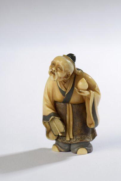 Netsuke en ivoire, vieil homme debout, un...