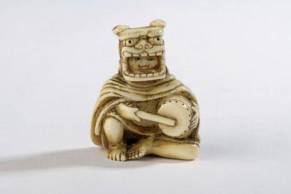 Netsuke en ivoire, personnage assis à terre,...