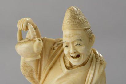 Okimono en ivoire, serveur de thé, une théière et une tasse en main, terrasse en...