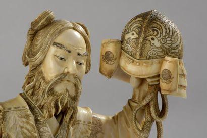 Sujet en ivoire, Benkei debout et armé d'une hallebarde, brandissant son casque...