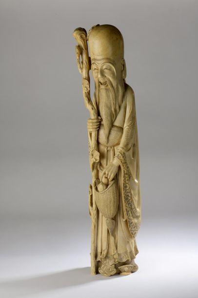 Importante statuette en ivoire, Shoulao debout, son bâton de lingzhi dans la main...