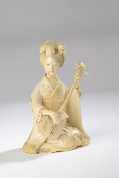 Okimono en ivoire, jeune femme jouant du...