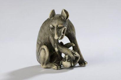 Netsuke en ivoire d'hippopotame ou de phacochère,...