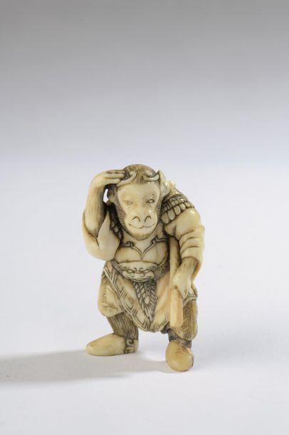 Netsuke en ivoire, singe habillé en guerrier...