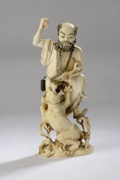 Okimono en ivoire, chasseur combattant un...