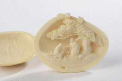 Netsuke en ivoire, coquillage ouvrant sur...