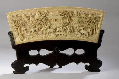 Ecran de table en ivoire sculpté et ciselé,...