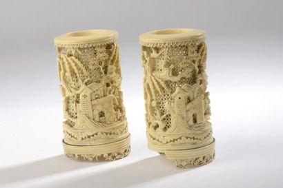 Paire de petits pots à pinceaux en ivoire...