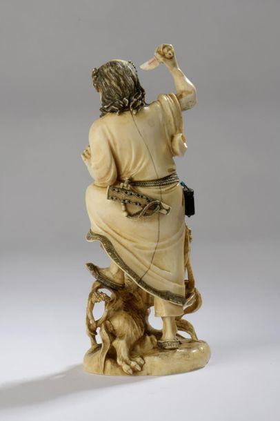 Okimono en ivoire, chasseur combattant un chien sauvage, les yeux du chien incrustés...