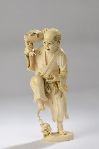 Okimono en ivoire figurant un vieil homme debout, un énorme crapaud sur l'épaule,...