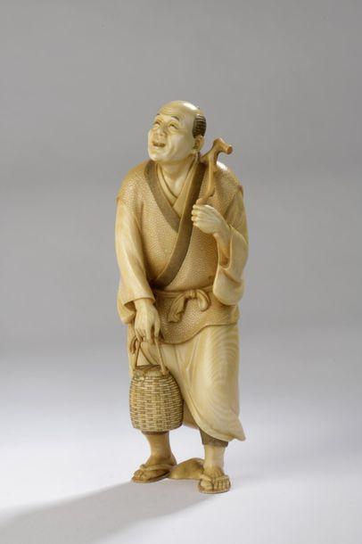 Okimono en ivoire, personnage debout, peut-être...