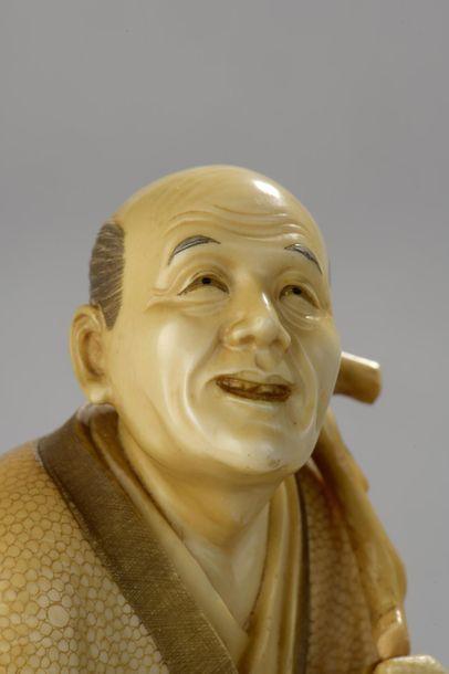 Okimono en ivoire, personnage debout, peut-être un pêcheur, un panier dans la main...