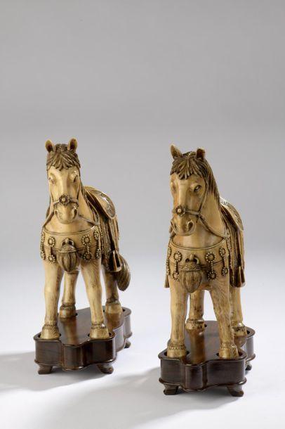 Paire de sujets décoratifs en ivoire, chevaux harnachés, debout et au repos. Non...