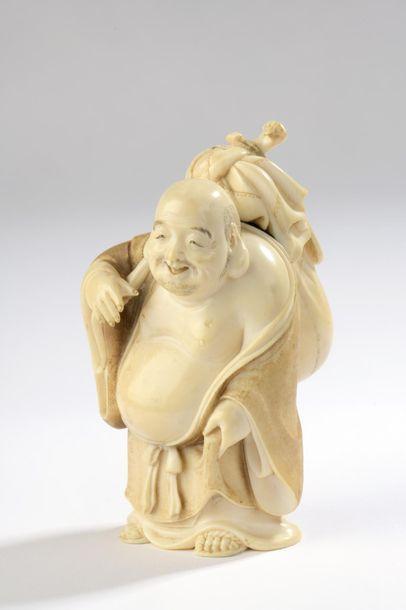 Sujet en ivoire, Hotei debout, son énorme...