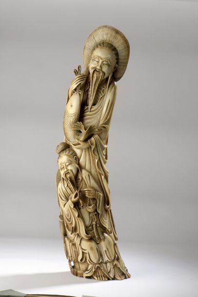 Statuette en ivoire figurant un pêcheur et...