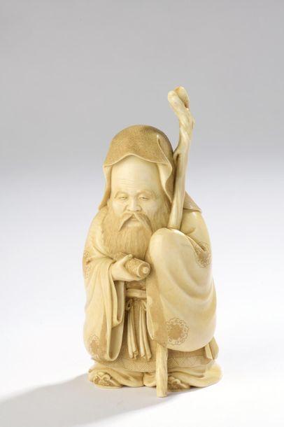 Sujet en ivoire, Fukurukuju debout, son bâton...