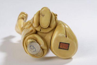 Sujet en ivoire à patine jaune, Daikoku debout, son maillet et son sac des richesses...