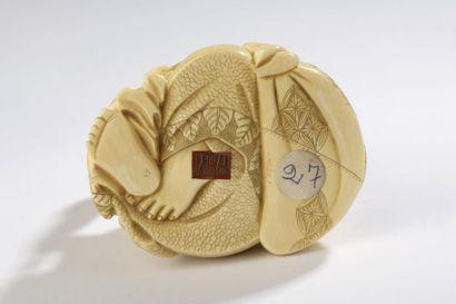 Sujet en ivoire à patine jaune, Hotei assis, le ventre nu et rebondi, la mine satisfaite,...