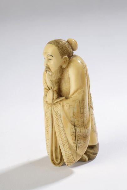 Sujet en ivoire de morse, Tobosaku debout, une pêche à la main. Signé Kazuyuki....