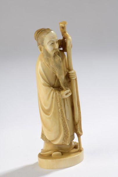 Sujet en ivoire, pèlerin debout, une main tenant sa barbe, l'autre son bâton au...