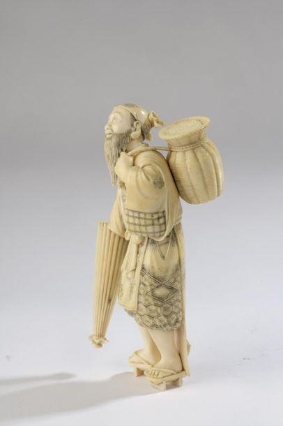 Statuette en ivoire, homme barbu debout sur de hautes geta, un parapluie dans la...