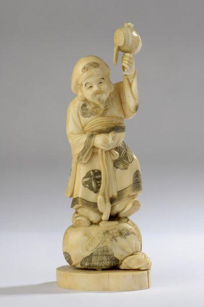Statuette en ivoire de morse, Daikoku debout...