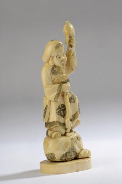 Statuette en ivoire de morse, Daikoku debout sur son sac des richesses, son maillet...