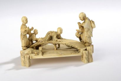 Petit okimono en ivoire, groupe de cinq aveugles...